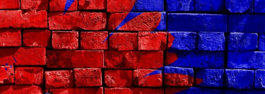 Muur met rode en blauwe verf